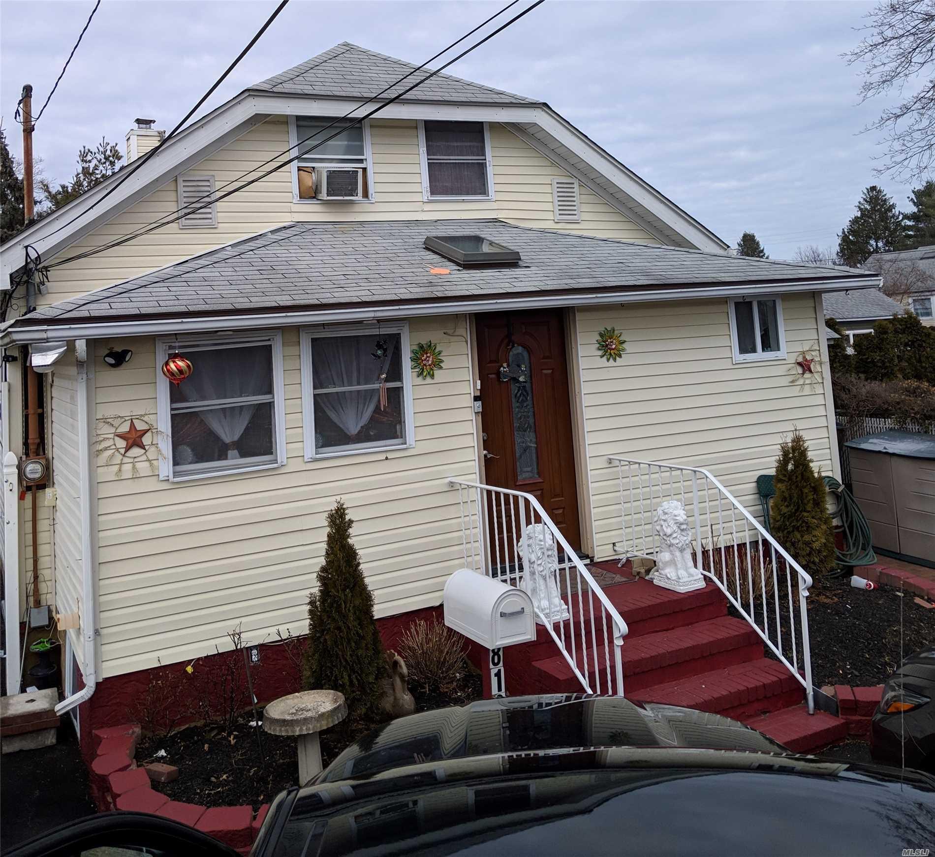 812 Pulaski St Riverhead, NY 11901