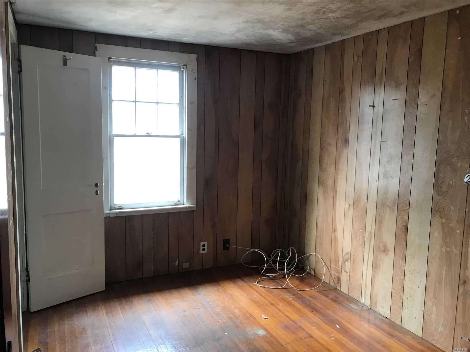 36 Pulaski St Riverhead, NY 11901