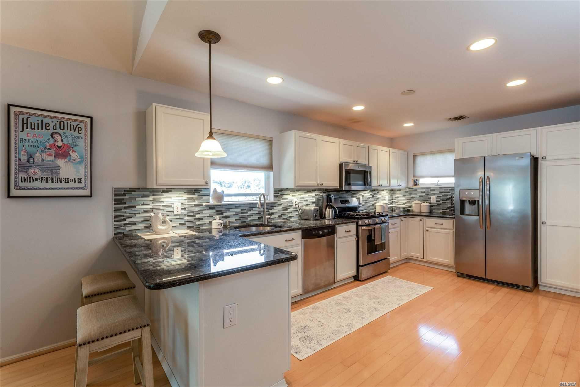 402 Willow Pond Dr Riverhead, NY 11901