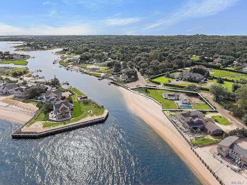 2 Peconic Cres, Hampton Bays, NY Hampton Bays, NY 11946